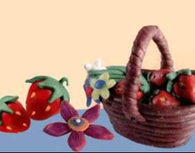 Кошик з ягодами і квітами фото